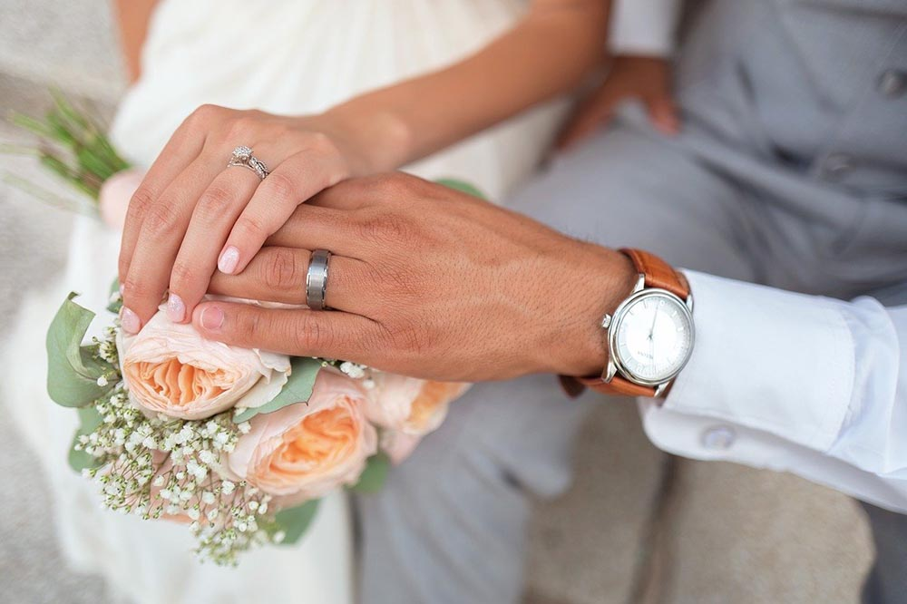 Couple hands holding with wedding rings in wedding venue valpo in